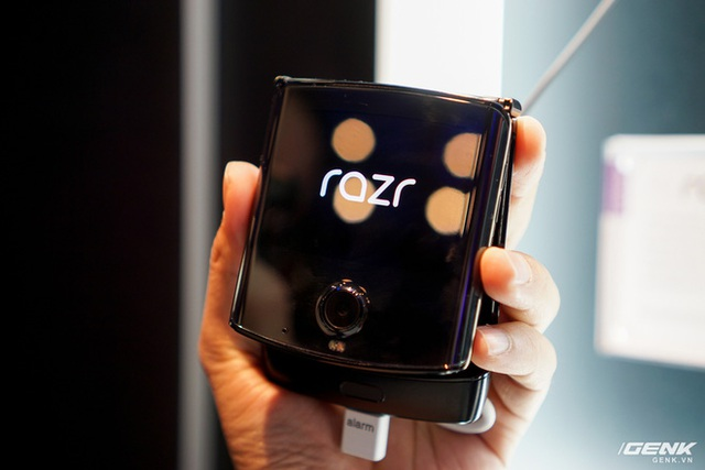 Trên tay smartphone gập Moto RAZR: Thiết kế chất, không có vết nhăn xấu xí nhưng cấu hình lại gây hụt hẫng - Ảnh 3.