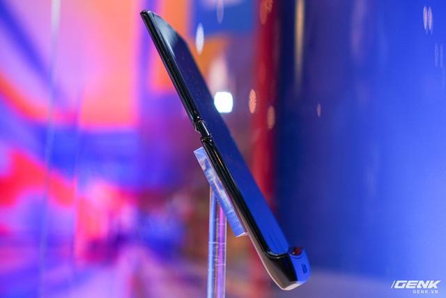 Trên tay smartphone gập Moto RAZR: Thiết kế chất, không có vết nhăn xấu xí nhưng cấu hình lại gây hụt hẫng - Ảnh 5.