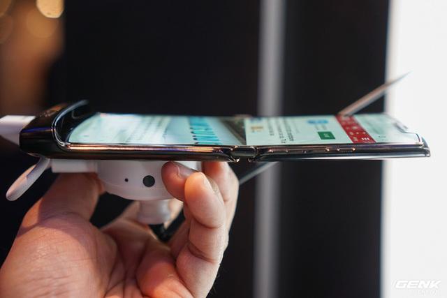 Trên tay smartphone gập Moto RAZR: Thiết kế chất, không có vết nhăn xấu xí nhưng cấu hình lại gây hụt hẫng - Ảnh 6.