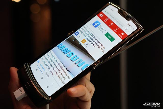 Trên tay smartphone gập Moto RAZR: Thiết kế chất, không có vết nhăn xấu xí nhưng cấu hình lại gây hụt hẫng - Ảnh 7.