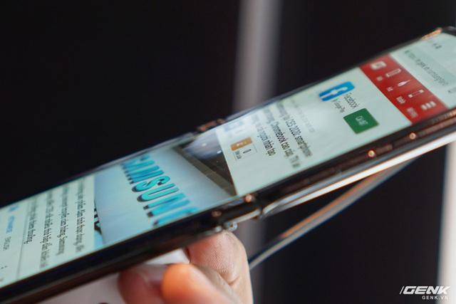Trên tay smartphone gập Moto RAZR: Thiết kế chất, không có vết nhăn xấu xí nhưng cấu hình lại gây hụt hẫng - Ảnh 8.