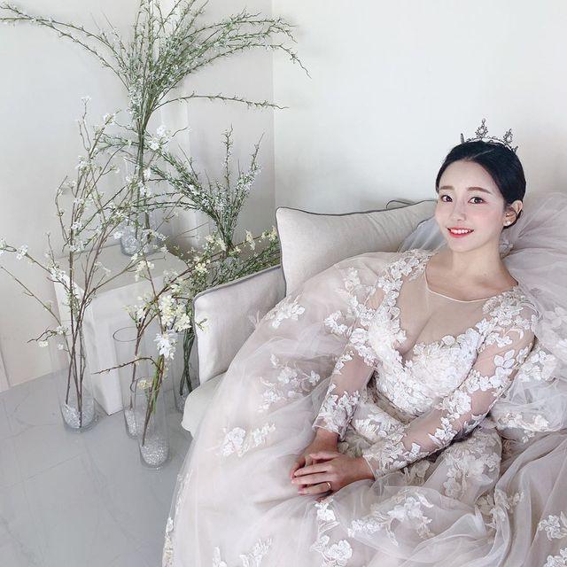 Cô nàng mới update hình ảnh mặc váy cưới gợi cảm lên trang cá nhân