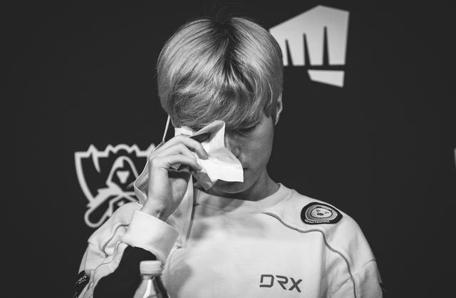 Nghẹn lòng trước khoảnh khắc Deft bật khóc sau trận thua DAMWON: Thực lòng xin lỗi các đồng đội của tôi - Ảnh 1.