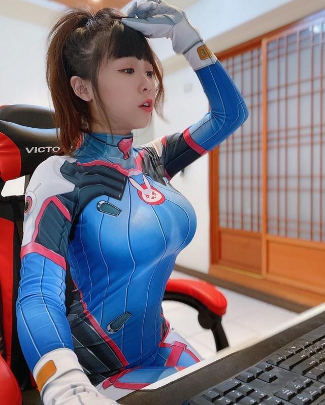 Nhiệt tình dạy bạn chơi LMHT. nữ streamer xinh đẹp vô tình lộ phần ngực nhạy cảm trên sóng - Ảnh 6.