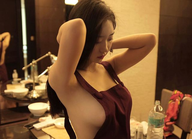 Chỉ mặc mỗi tạp dề, không nội y lên sóng, nàng hot girl gợi cảm khiến fan hâm mộ lác mắt, choáng ngợp - Ảnh 2.