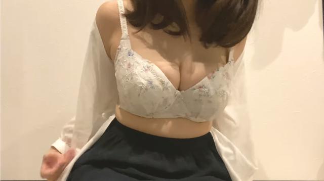 Quyết không lộ mặt nhưng lại chăm chăm khoe vòng một, cô nàng Youtuber thực hiện thử thách cởi áo bằng ngực khiến người xem sốc nặng - Ảnh 2.