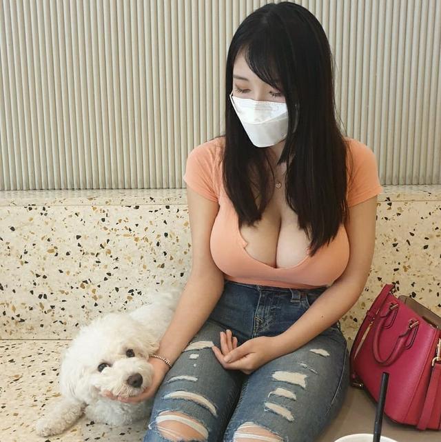 Ăn mừng đạt 100k subs, nữ Youtuber chiêu đãi fan màn khoe ngực nóng bỏng nhưng lại khiến nhiều người rùng mình, ngán ngẩm - Ảnh 6.