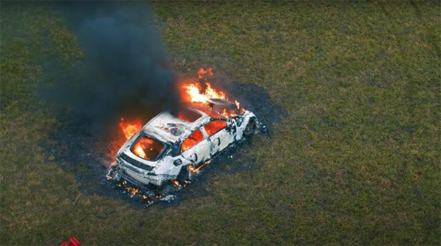 Bốc đồng giống Khá Bảnh, nam Youtuber đốt trụi Mercedes giá 4 tỷ - Ảnh 6.