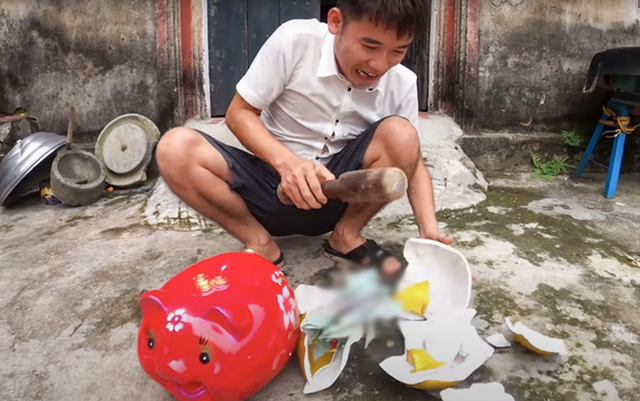 Bà Tân Vlog bất ngờ bị ném đá vì không làm gì, con trai Hưng Vlog thừa nhận chưa bao giờ suy sụp như lúc này - Ảnh 1.