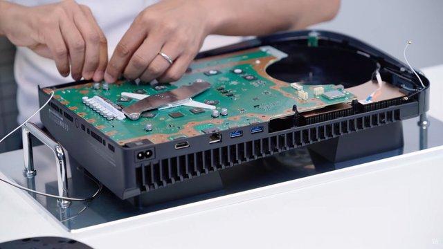 Toàn cảnh mổ bụng PS5 đầu tiên trên thế giới - Ảnh 15.