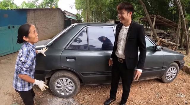 Khoe với bà Tân Vlog việc vừa mua xe 4 tỷ, Hưng Vlog tuyên bố Con đầy tiền khiến cộng đồng mạng lắc đầu ngán ngẩm - Ảnh 3.