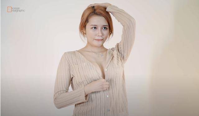 Lên sóng diễn cảnh ăn mỳ nhưng lại quên mặc nội y, nữ Youtuber nóng bỏng bị người xem chỉ trích khoe thân phản cảm - Ảnh 9.
