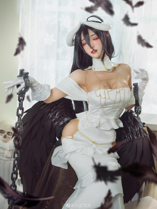 Mỹ nhân Overlord sở hữu vòng 1 nóng bỏng khoe body hoàn hảo trong chiếc váy trắng tinh khiết - Ảnh 4.