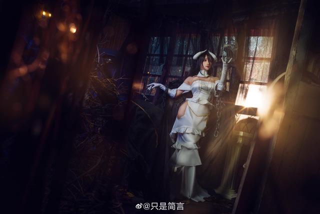 Mỹ nhân Overlord sở hữu vòng 1 nóng bỏng khoe body hoàn hảo trong chiếc váy trắng tinh khiết - Ảnh 8.