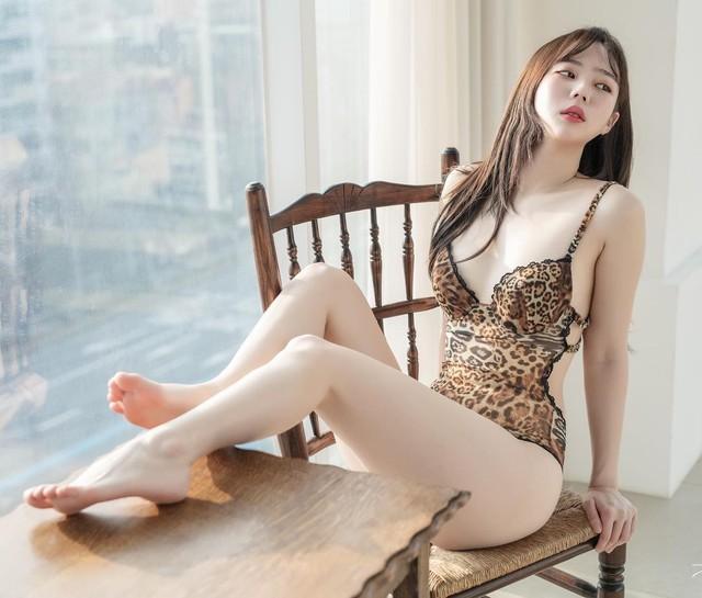 Chuyển nghề từ mẫu nội y sang Youtuber, cô nàng hot girl chẳng làm gì, chỉ ngủ view cũng tăng vèo vèo - Ảnh 1.