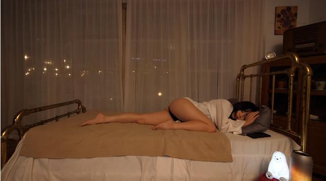 Chuyển nghề từ mẫu nội y sang Youtuber, cô nàng hot girl chẳng làm gì, chỉ ngủ view cũng tăng vèo vèo - Ảnh 3.