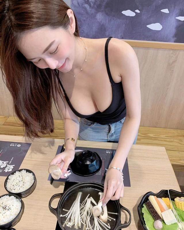 Rủ người yêu cùng đi ăn trưa cùng, hot girl ngực khủng khiến cho cả Internet ghen tị với góc nhìn bữa tối của anh - Ảnh 2.