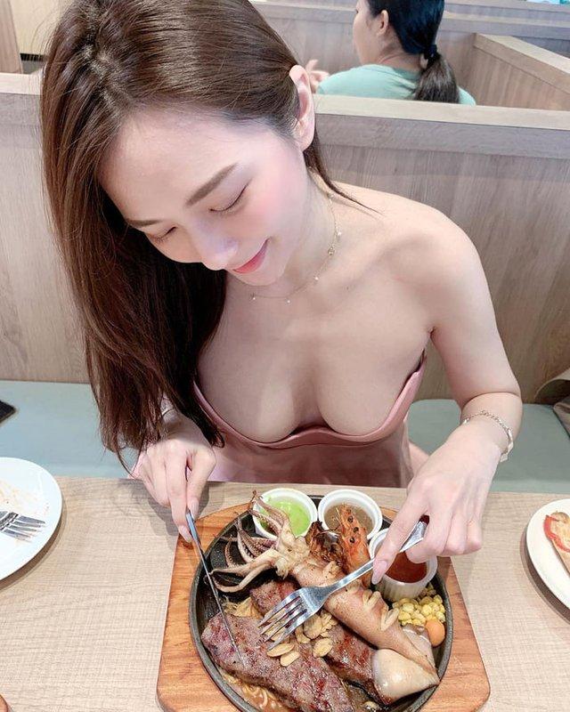 Rủ người yêu cùng đi ăn trưa cùng, hot girl ngực khủng khiến cho cả Internet ghen tị với góc nhìn bữa tối của anh - Ảnh 3.