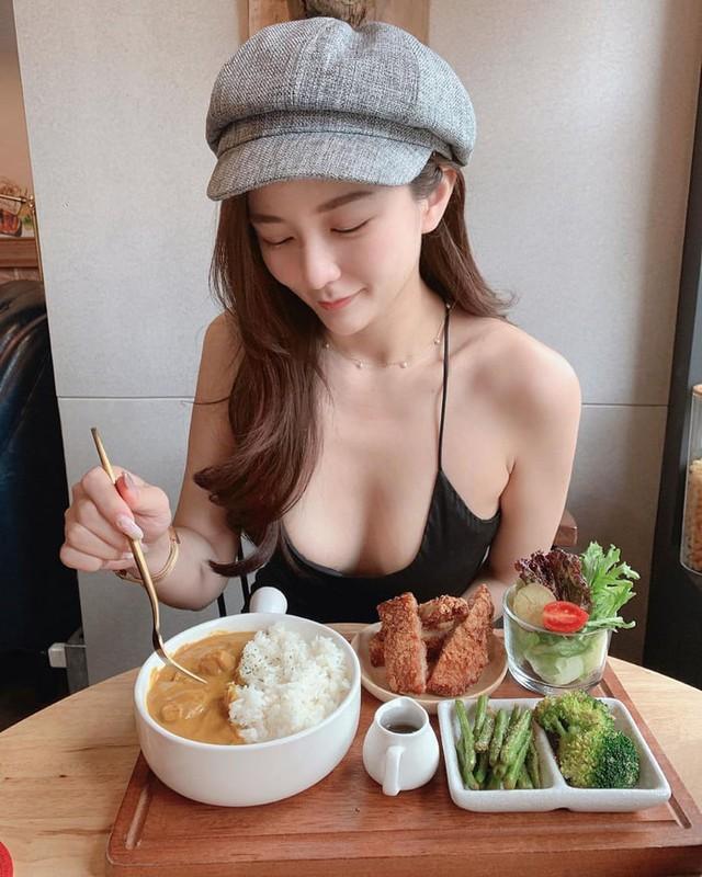 Rủ người yêu cùng đi ăn trưa cùng, hot girl ngực khủng khiến cho cả Internet ghen tị với góc nhìn bữa tối của anh - Ảnh 4.