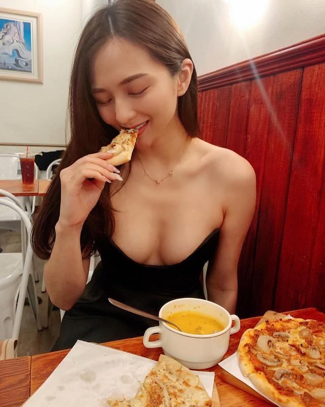 Rủ người yêu cùng đi ăn trưa cùng, hot girl ngực khủng khiến cho cả Internet ghen tị với góc nhìn bữa tối của anh - Ảnh 6.