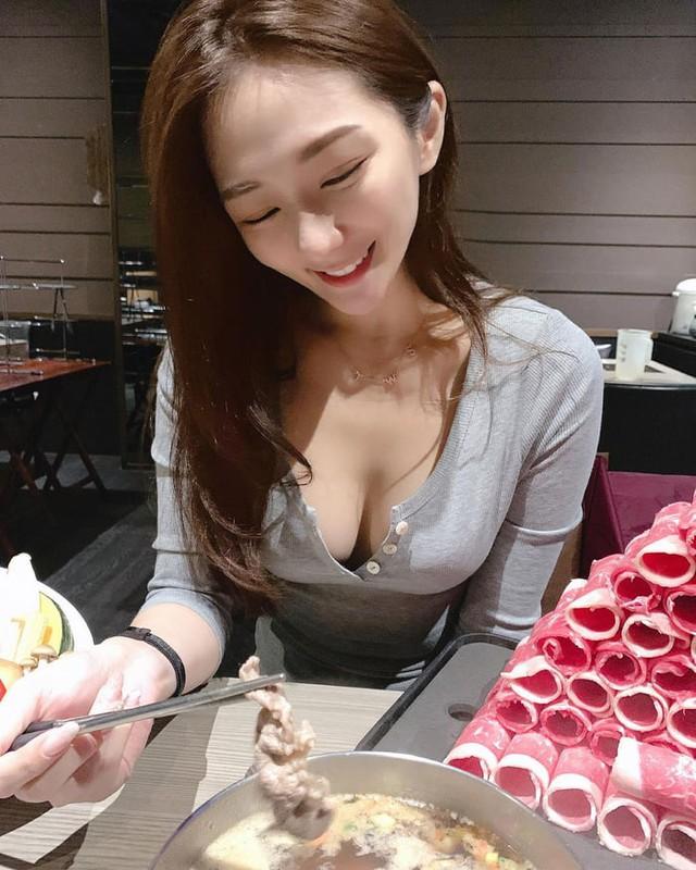 Rủ người yêu cùng đi ăn trưa cùng, hot girl ngực khủng khiến cho cả Internet ghen tị với góc nhìn bữa tối của anh - Ảnh 8.