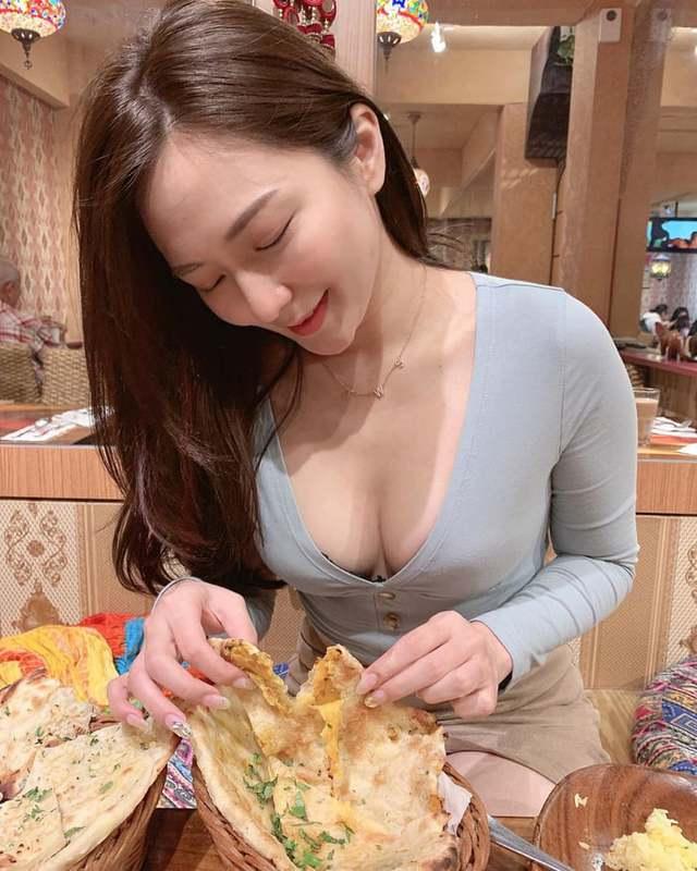 Rủ người yêu cùng đi ăn trưa cùng, hot girl ngực khủng khiến cho cả Internet ghen tị với góc nhìn bữa tối của anh - Ảnh 9.