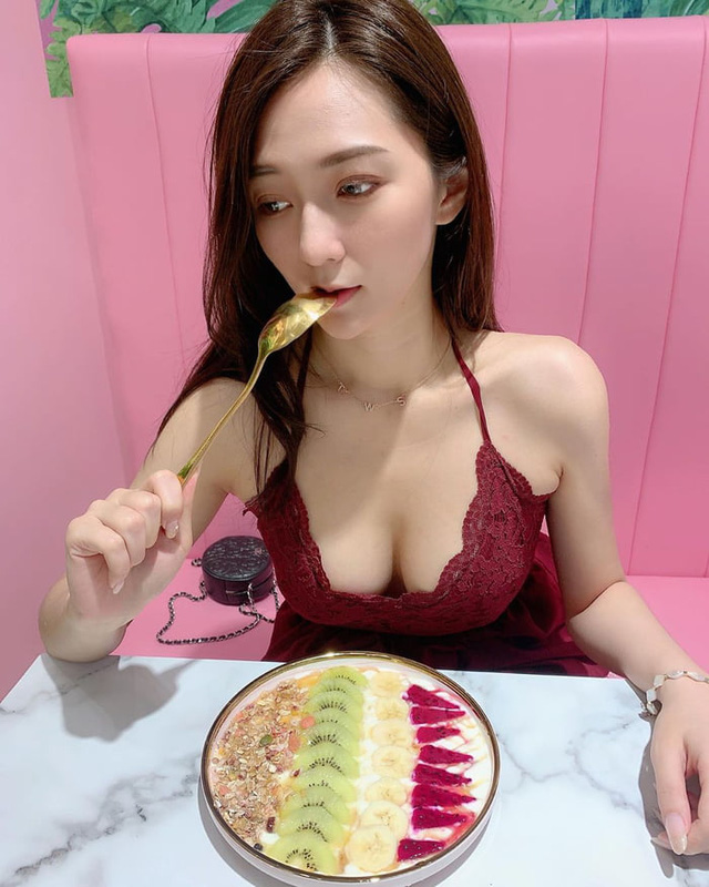Rủ người yêu cùng đi ăn trưa cùng, hot girl ngực khủng khiến cho cả Internet ghen tị với góc nhìn bữa tối của anh - Ảnh 11.