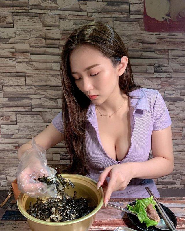 Rủ người yêu cùng đi ăn trưa cùng, hot girl ngực khủng khiến cho cả Internet ghen tị với góc nhìn bữa tối của anh - Ảnh 14.