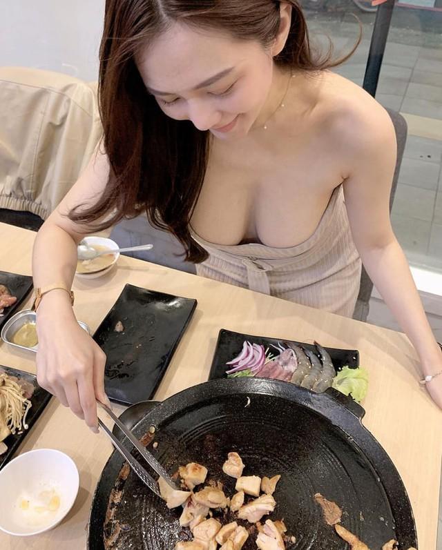 Rủ người yêu cùng đi ăn trưa cùng, hot girl ngực khủng khiến cho cả Internet ghen tị với góc nhìn bữa tối của anh - Ảnh 15.
