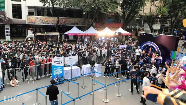 Game thủ Hà Nội xếp hàng siêu dài để gặp MC quốc dân Minh Nghi và trực tiếp trên tay Tốc Chiến VNG - Ảnh 1.