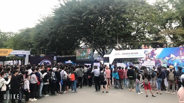 Game thủ Hà Nội xếp hàng siêu dài để gặp MC quốc dân Minh Nghi và trực tiếp trên tay Tốc Chiến VNG - Ảnh 2.