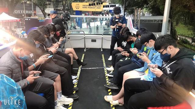 Game thủ Hà Nội xếp hàng siêu dài để gặp MC quốc dân Minh Nghi và trực tiếp trên tay Tốc Chiến VNG - Ảnh 6.