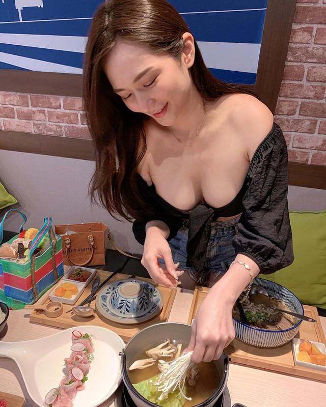 Rủ người yêu cùng đi ăn trưa cùng, hot girl ngực khủng khiến cho cả Internet ghen tị với góc nhìn bữa tối của anh - Ảnh 12.