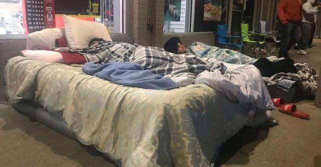 Game thủ mang cả giường, chăn để cắm trại trước của hàng nhằm mua PS5 giá rẻ Photo-1-16067078520791974879525