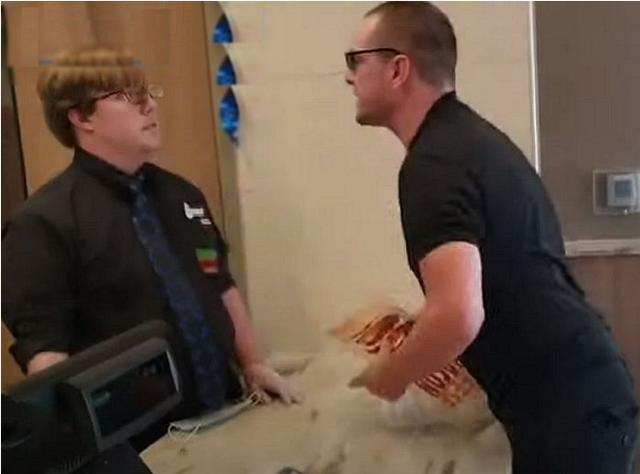Cho rằng gà rán quá cay, nam thanh niên tát vỡ mặt nhân viên quán, chịu án tù hai năm và bồi thường 1.000 suất gà cay - Ảnh 1.