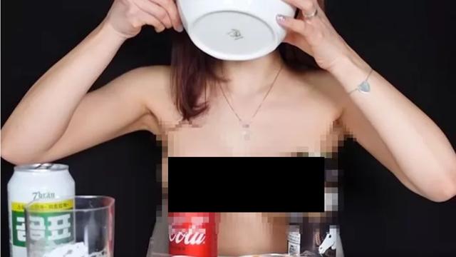 Đang làm clip Mukbang, nữ streamer xinh đẹp gây sốc khi tụt áo khoe cảnh xuân trên sóng - Ảnh 4.