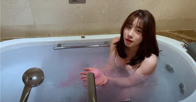 Livestream cảnh tắm bồn trong khách sạn, nữ streamer xinh đẹp trở nên siêu hot chỉ sau một đêm - Ảnh 3.