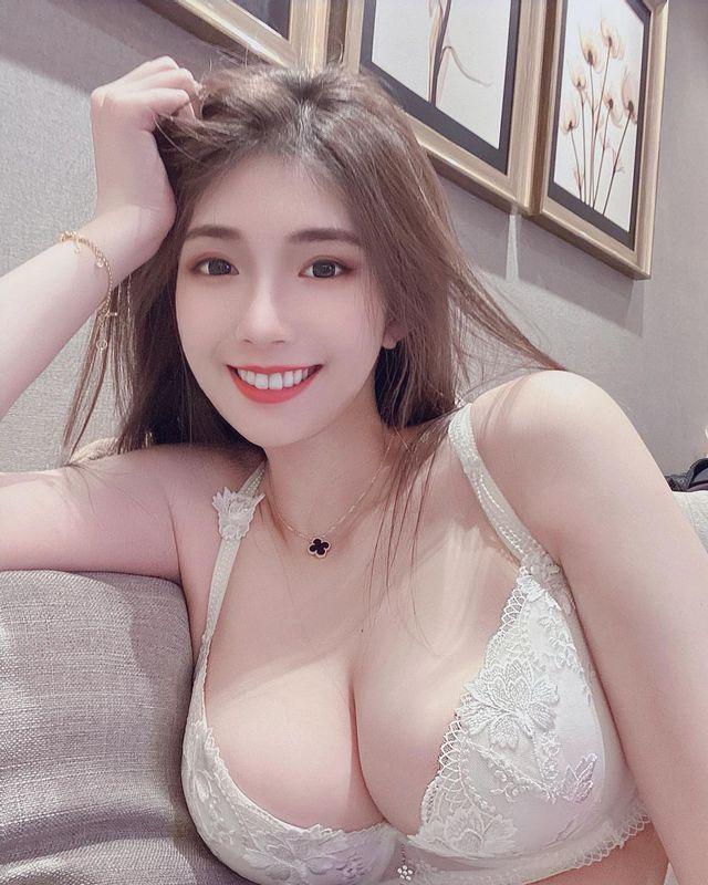 Nằm hững hờ livestream trên sóng, nữ streamer xinh đẹp khiến fan phát cuồng khi thông báo tuyển người đắp chăn - Ảnh 2.