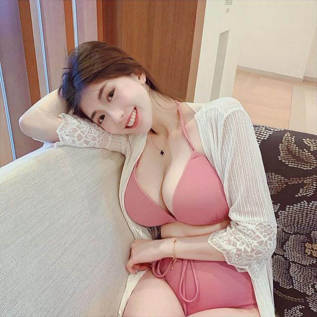 Nằm hững hờ livestream trên sóng, nữ streamer xinh đẹp khiến fan phát cuồng khi thông báo tuyển người đắp chăn - Ảnh 4.
