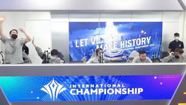 Khoảnh khắc Lai Bâng bật khóc ngay trên sóng, xin lỗi vì sai lầm chí mạng dâng chiến thắng cho MAD Team - Ảnh 1.