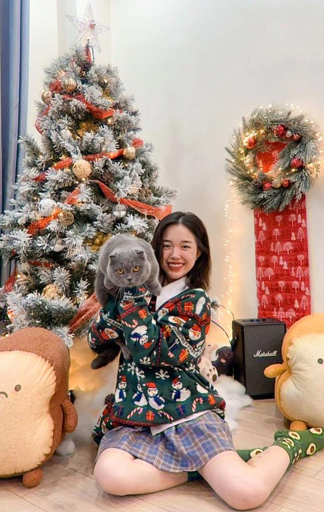 Nhìn hot streamer làng game lên đồ đi chơi Noel, ấm áp nhất vẫn là Noway và vợ chồng nhà Cris Phan - Ảnh 5.