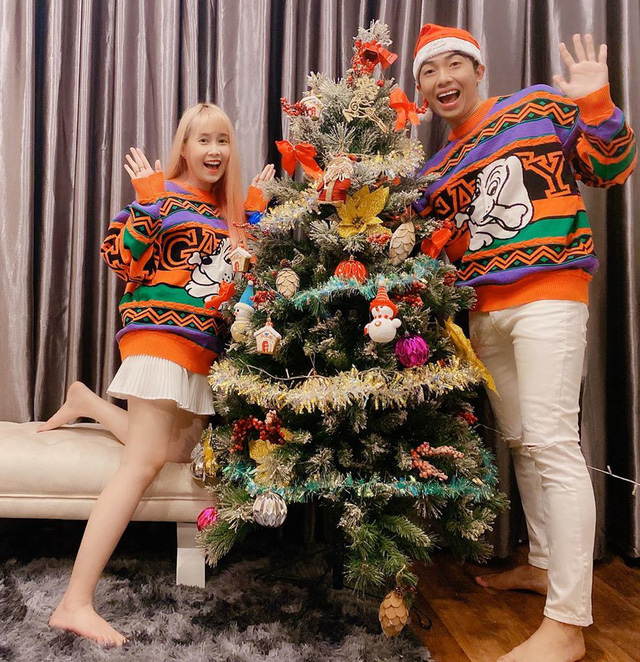 Nhìn hot streamer làng game lên đồ đi chơi Noel, ấm áp nhất vẫn là Noway và vợ chồng nhà Cris Phan - Ảnh 8.
