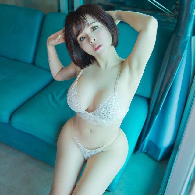 Che ngực chụp ảnh nghệ thuật, nàng hot girl lộ điểm nhạy cảm vẫn vô tư đăng lên trang cá nhân, suýt thì bị phạt bay màu - Ảnh 1.