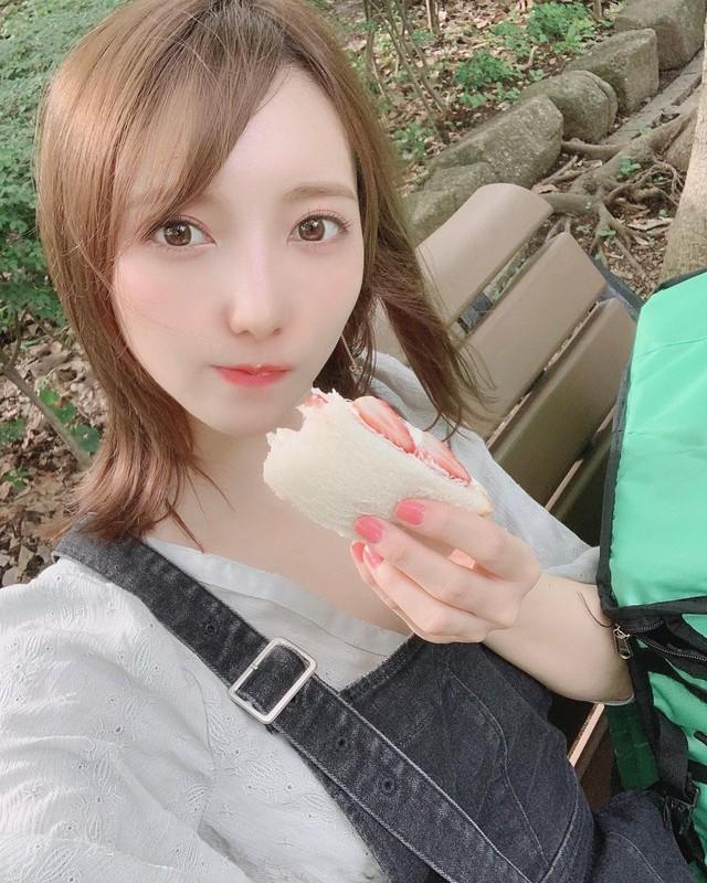 Nhưng giờ đây, vì kinh tế khó khăn, Mizuki đành tạm gác sự nghiệp streamer để đi giao đồ ăn nhanh