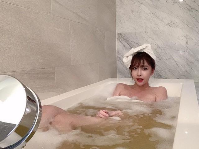 Tuyên bố sẽ khiến fan bất ngờ, nàng Youtuber gây sốc khi thực hiện vlog tắm bồn siêu gợi cảm - Ảnh 2.