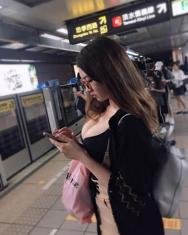 Bất ngờ gặp được gái xinh có vòng một ngoại cỡ ở thư viện, anh chàng tò mò chụp lén, chia sẻ với cộng đồng mạng và cái kết - Ảnh 3.