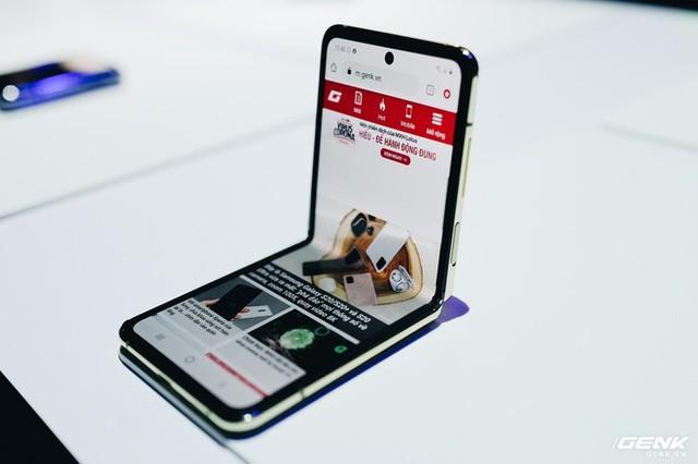 Cận cảnh Samsung Galaxy Z Flip: Thiết kế gập dọc, chất liệu kính dẻo, vẫn có vết nhăn, giá 1380 USD - Ảnh 2.