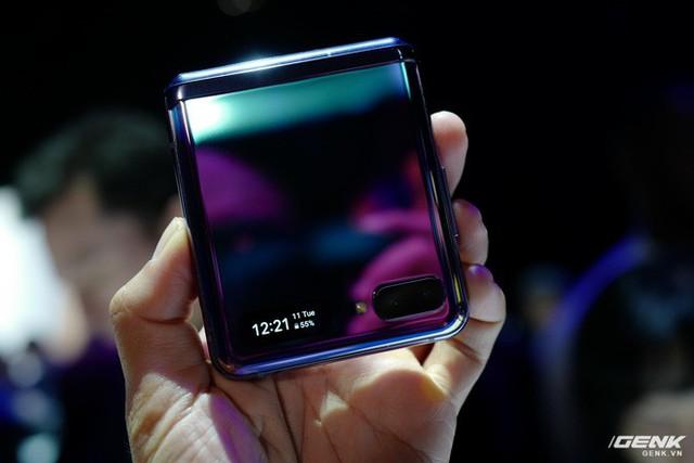 Cận cảnh Samsung Galaxy Z Flip: Thiết kế gập dọc, chất liệu kính dẻo, vẫn có vết nhăn, giá 1380 USD - Ảnh 4.