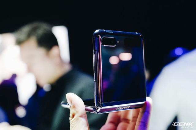 Cận cảnh Samsung Galaxy Z Flip: Thiết kế gập dọc, chất liệu kính dẻo, vẫn có vết nhăn, giá 1380 USD - Ảnh 8.