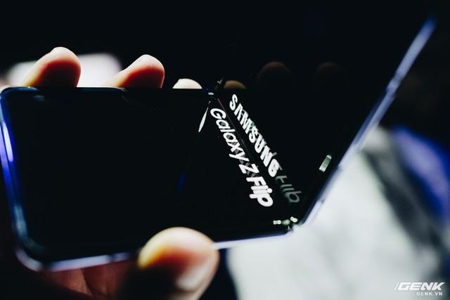 Cận cảnh Samsung Galaxy Z Flip: Thiết kế gập dọc, chất liệu kính dẻo, vẫn có vết nhăn, giá 1380 USD - Ảnh 10.